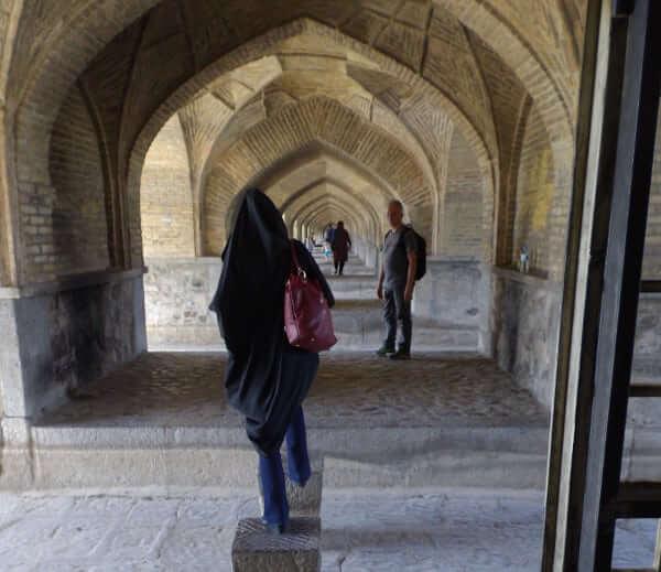 A cloche pied, sous les ponts d'Ispahan