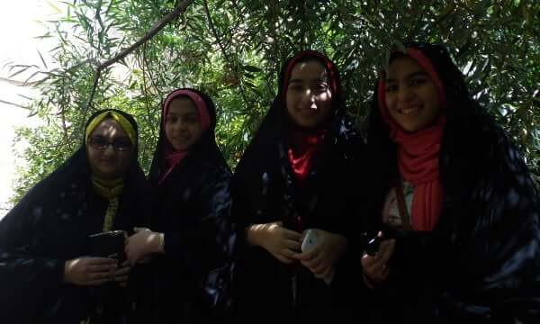 Meeting of young girls in the gardens of Bagh-e fin à Kashan